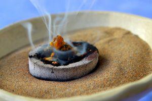 Das Räuchern: Aromatherapie und Ritual